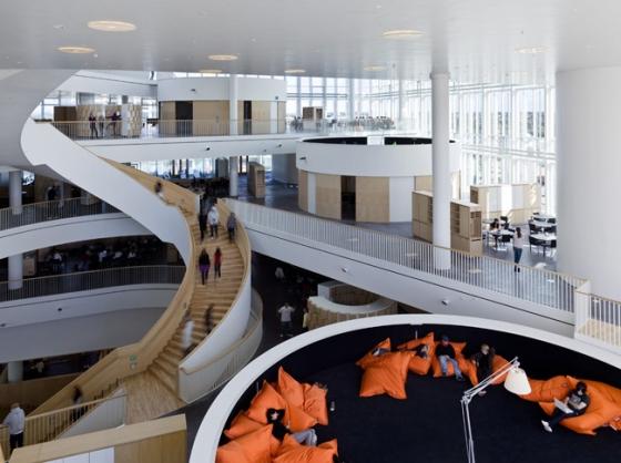 Ørestad College, em Copenhague, Dinamarca, tem espaços confortáveis de leitura para os jovens.