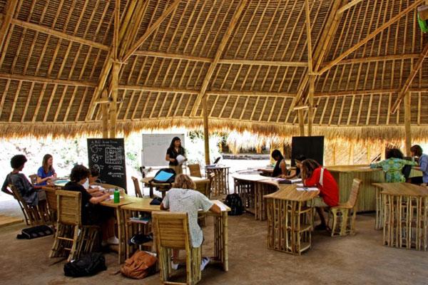 Sala de aula de bambu no Green School (Indonésia)