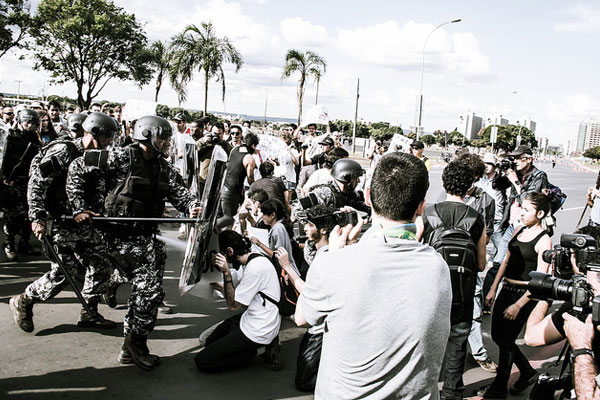 Forças de segurança e manifestantes entram em choque no Rio de Janeiro         Crédito: Mídia Ninja
