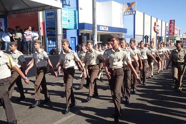 Alunos do Colégio da Polícia Militar de Goiás Dr. Cezar Toledo desfilam na cidade de Anápolis.
