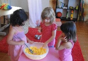 Crianças aprendem na cozinha do Nosso Jardim. | Crédito: Reprodução