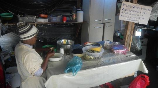 Cardápio do almoço: salada de chuchu, arroz, feijão, macarrão e frango ao molho.