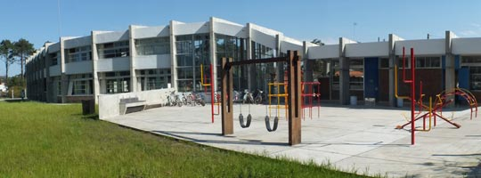 Pátio da Escuela de Tiempo Completo (ETC) de Pinamar, na cidade de Salinas.