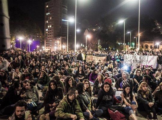 A praça passou a receber protestos e shows, como o #AmorSimRussomanoNão e atos pela liberdade de presos políticos (foto).