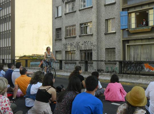 Público acompanha peça enquanto esportistas pedalam no MInhocão.