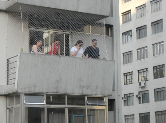 Quem mora nos prédios vizinhos também se interessou pelo espetáculo.