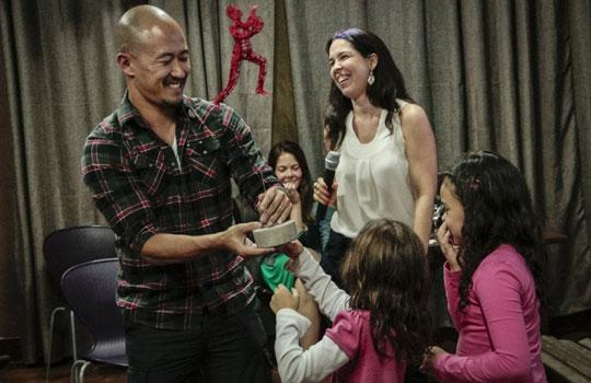 Ao lado das filhas, Sassaki comemora o Prêmio Educador Inovador de 2014.