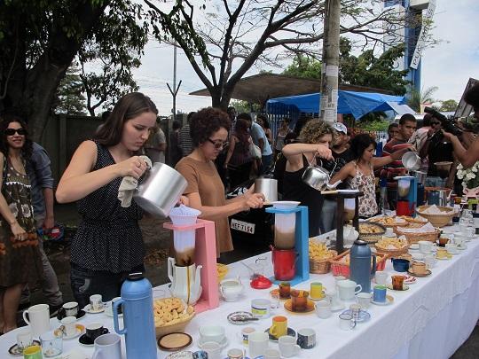 Café servido ao público em evento na PUC-MG.