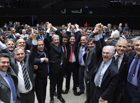 Deputados comemoram o veto ao decreto.