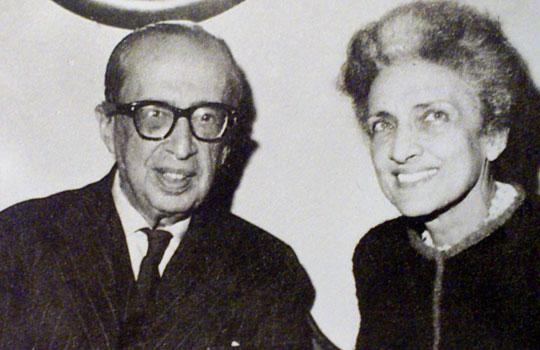 Cecília ao lado do poeta Manuel Bandeira.