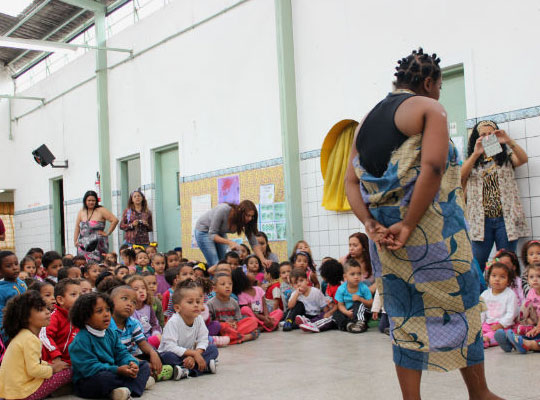 Educadores encenam a história de Obax, uma garota sonhadora que vive na savana africana