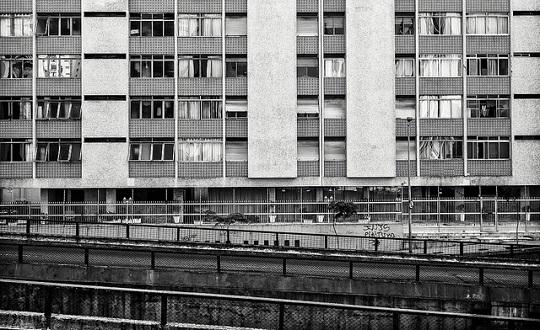 A proximidade da via com as janelas é uma das principais queixas dos moradores.