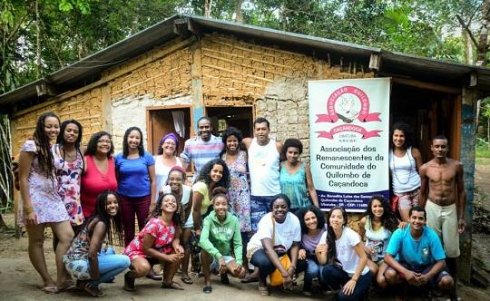 """Participantes da oficina """"Tecendo e trançando arte"""" no quilombo de Caçandoca (Ubatuba/SP)."""
