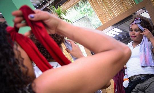 Técnicas de turbante também são ensinadas durante as oficinas.