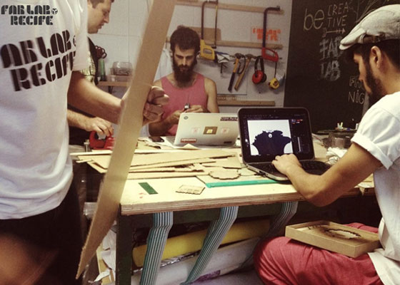 """Makers"" trabalham na sede do Fab Lab Recife"