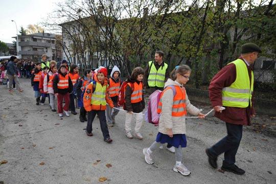 Pais, avós e professores se organizam para liderar o trajeto de um Pédibus na Suíça;