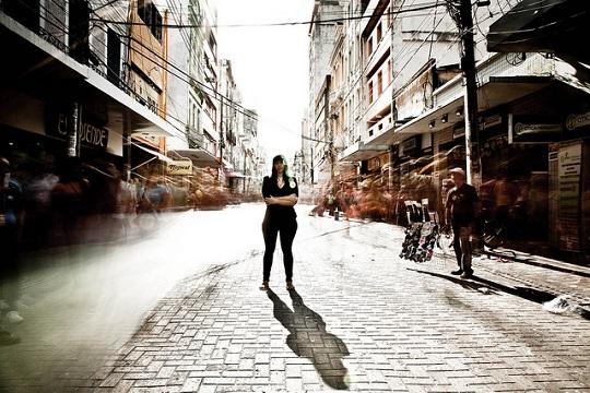 A violência de gênero extrapola as paredes domésticas e está espalhada nas entrelinhas da vida urbana.