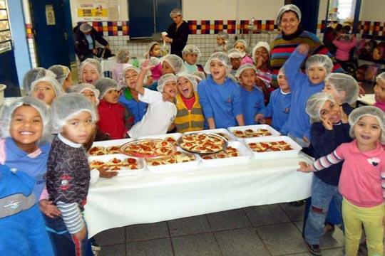 Projeto ensina estudantes a cozinhar.