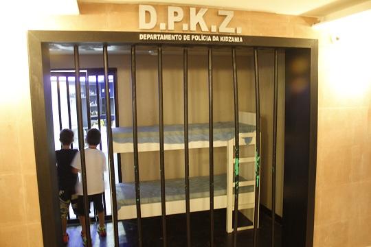 Espaço também possui uma cela para eventuais prisões.