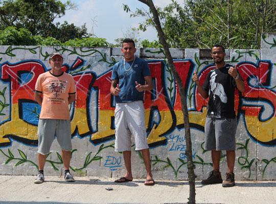 Voluntários do Parque dos Búfalos posam para foto em frente ao muro do terreno. À direita, está Jeferson Anderson.