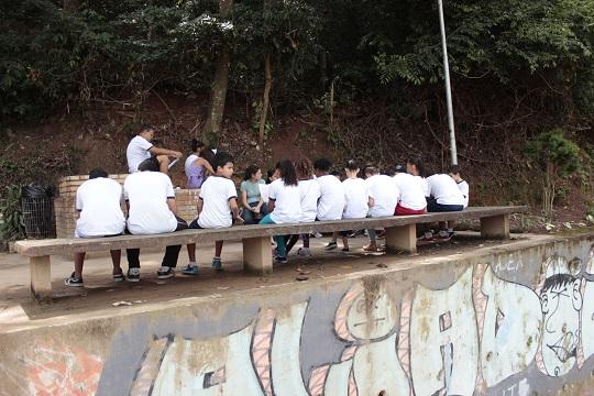 Alunos do projeto fazem roda de conversa no Parque Juliana de Carvalho Torres.