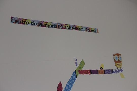 Detalhe na parede da sala que hospeda o projeto.