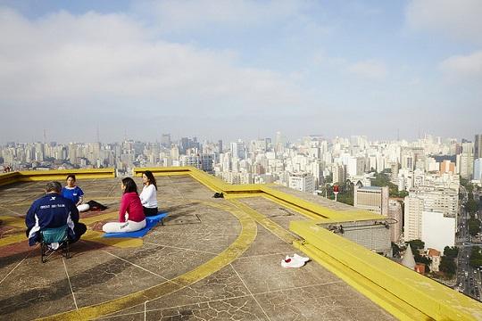 Meditação no teto do Copan foi uma das atividades da Virada da Saúde.