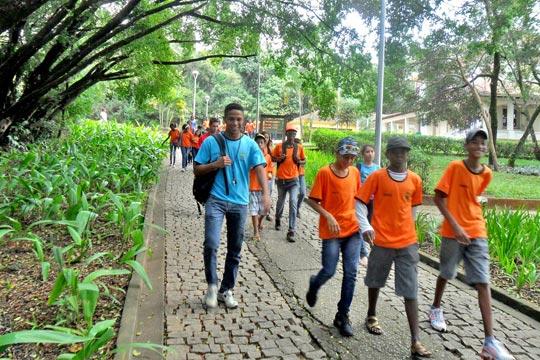 Estudantes do projeto Escola Integrada visitam parque em Belo Horizonte.