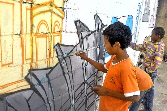 Oficinas de grafite também são oferecidas pelo projeto.