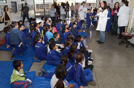 Escola de Sâo José dos Pinhais recebe atividade do programa Saúde na Escola.