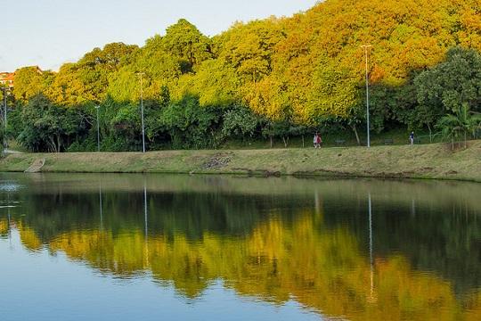 Rio Sorocaba vIsto do Parque Campolim; limpeza do curso d'água foi uma das prioridades do CIdade Educadora, Cidade Saudável.