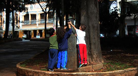 Estátua de Adoniran Barbosa virou playground.