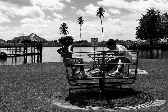Crianças brincam na beira do rio Maranguapinho.