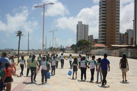 Estudantes da EMEF José de Moura na Praia de Iracema, em Fortaleza: aula sobre patrimônio natural e urbano.
