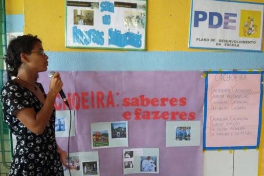 Educadora apresenta o EcoMuseu de Maranguape, em Cachoeira.