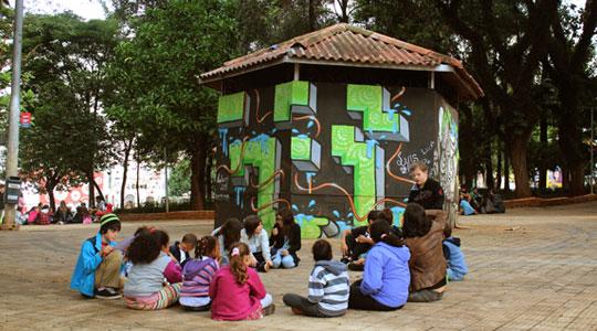 Estudantes da Novolhar participam de atividade na Praça Dom Orione.