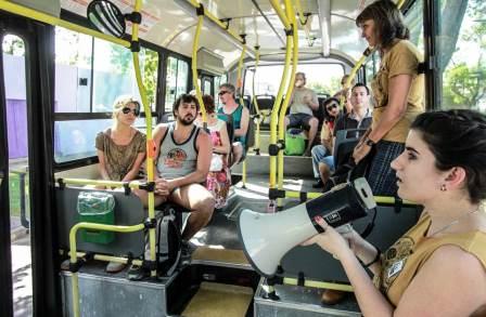 O ônibus da Escola Móvel traça percursos educativos na cidade de Rosário.