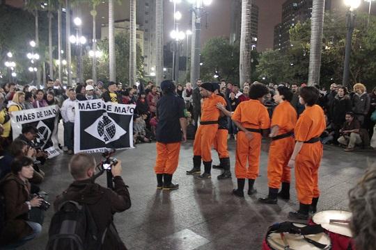 """Na Sé, coletivo apresenta trecho da peça """"Revolução das Galochas"""", em cartaz aos sábados, às 16h, no coreto do Parque da Luz, até o final de junho."""