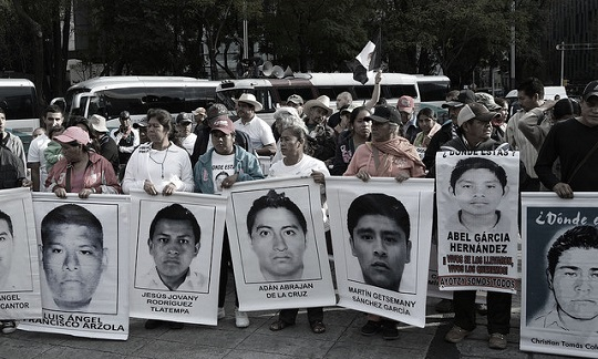 """Manifestação """"Nos faltan 43"""", na Cidade do México."""