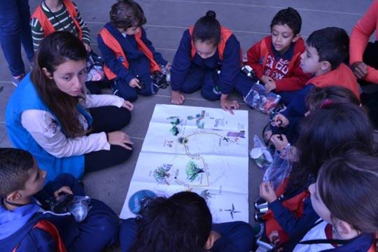 Crianças analisam percurso a ser realizado a pé na zona oeste de São Paulo.