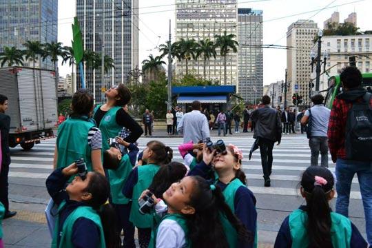 O céu é o limite para os pequenos que aprendem na rua.