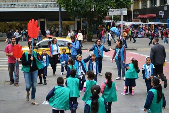 Crianças levam sua alegria e sabedoria à Praça Ramos, no centro da capital paulista.