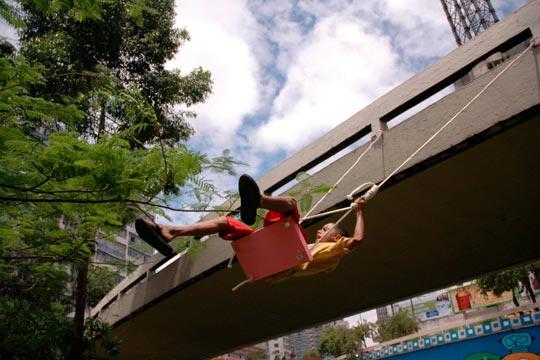 Balanço instalado pelo Grupo Contrafilé em conjunto com crianças moradoras de rua, na região da Avenida Paulista.