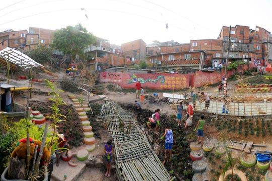 Processo de construção do Parque para Brincar e Pensar contou com a participação da comunidade do Jardim Miriam.