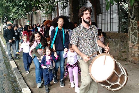 Cortejo poético levou as crianças da Gabriel Prestes às ruas do centro.