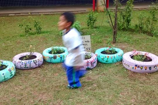 No CEU Alvarenga, bosque é utilizado como horta e espaço de diversão infantil.