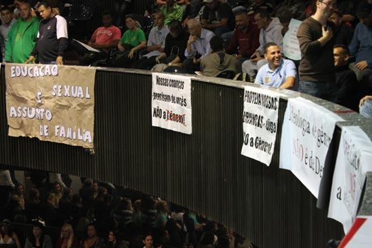 """Apoiadores da bancada religiosa se reúnem no plenário: para eles, """"educação sexual é assunto de família""""."""