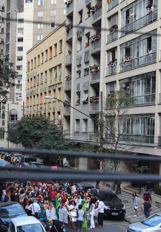 Cortejo Poetico leva crianças às ruas de São Paulo.