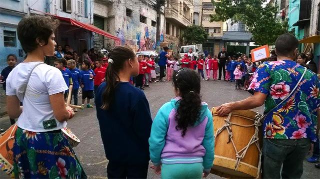 fala criança realiza maracatu nas ruas do glicerio