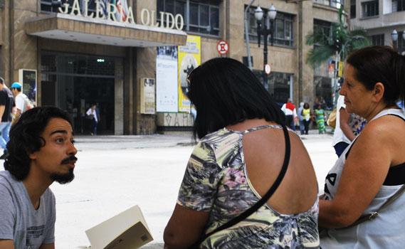 Cidade educadora:Gravatá lê Manoel de Barros para transeuntes no centro de São Paulo.